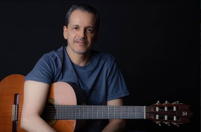 Após anos compondo, Caco Mendes apresenta seu primeiro álbum
