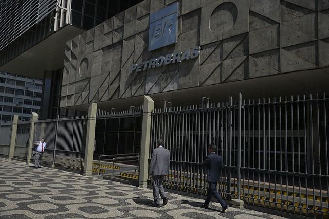 Trabalhadores da Petrobras ocupam sede da empresa; greve começou neste sábado (1)