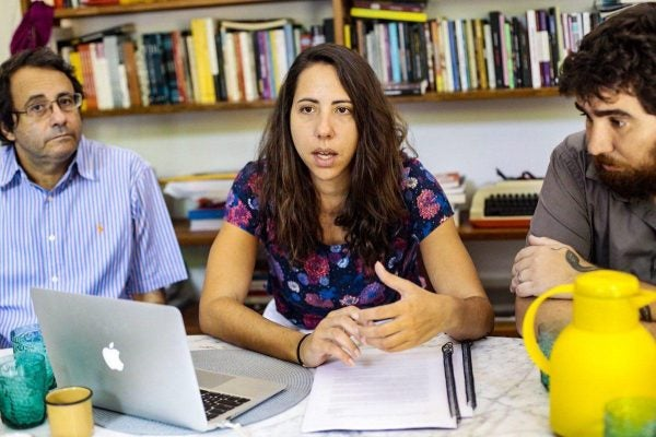 Sem investimentos públicos, crise econômica vai piorar, diz Laura Carvalho