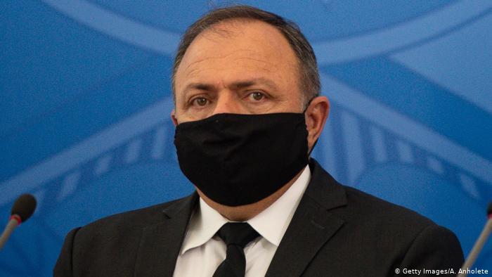 Fuga de Pazuello é 'covardia', diz Jânio de Freitas