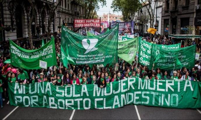 Argentina aprova direito da mulher de optar pelo aborto