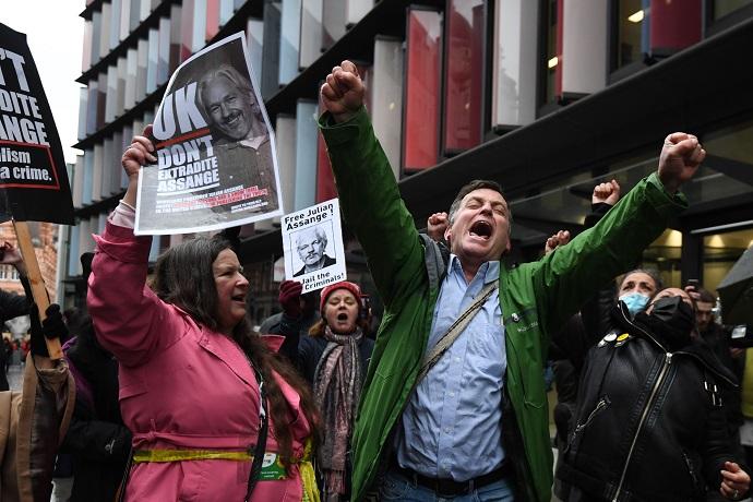 Vitória de Assange, mas jornalismo investigativo está ameaçado, por Ruben Rosenthal