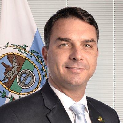 Imóvel de Flávio Bolsonaro no RJ foi enquadrado na 'lei do puxadinho'