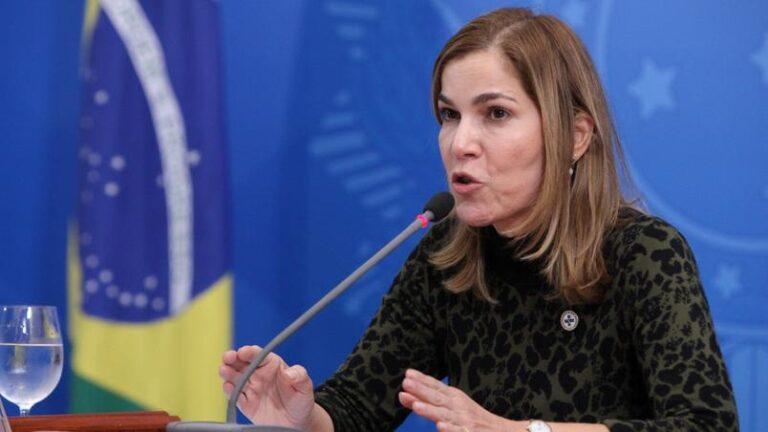 Mayra defende cloroquina abertamente na CPI e diz que indústria farmacêutica não tem interesse em alterar a bula