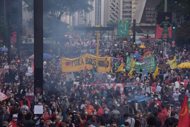 Atos contra Bolsonaro levam mais de 750 mil pessoas às ruas