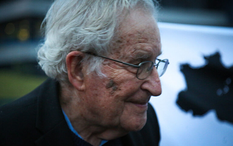 Noam Chomsky vê 'mão americana' na ascensão de Bolsonaro à presidência