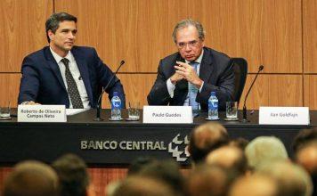 Roberto Campos Neto, presidente do BACEN, ao lado de Paulo Guedes, ministro da Economia.